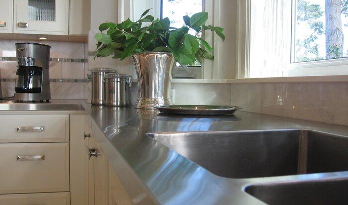 Металлическая столешница для кухни: как не превратить все в операционную