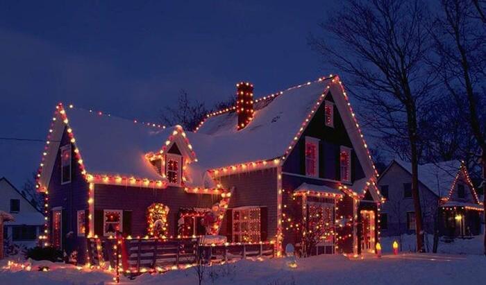 Как красиво и безопасно развесить новогодние украшения на фасаде дома: даем несколько советов
