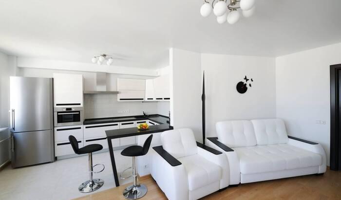 Дизайн кухни-студии с барной стойкой, которая выходит в гостиную