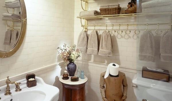 Крючки для ванной как предмет декора