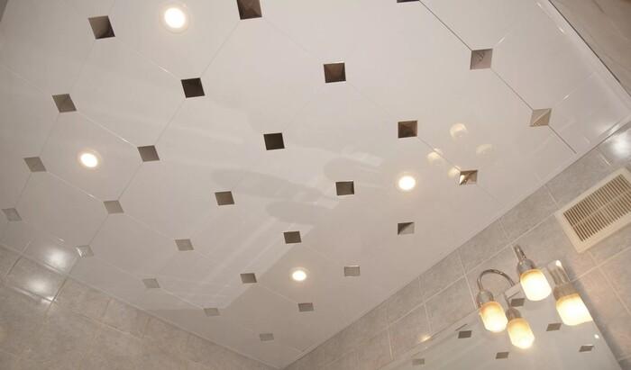 Потолок из пластиковых панелей в ванную: насколько это практично?